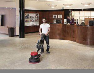 Sử dụng máy chà sàn để làm sạch nền nhà ở, văn phòng