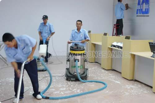 Để công việc được nhanh chóng thì bạn nên dùng máy chà sàn