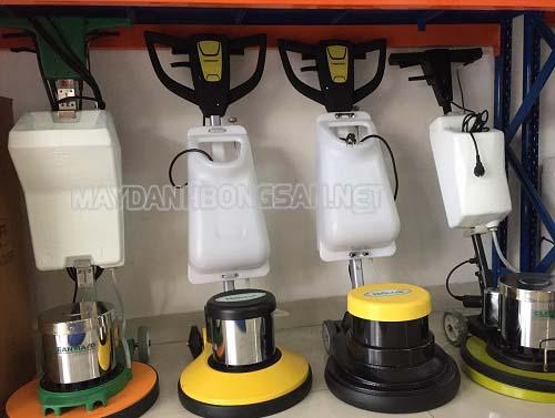 Thị trường có nhiều loại máy chà sàn điều khiển bằng tay
