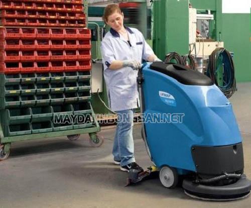 sử dụng máy chà sàn có thể làm sạch sàn một cách nhanh chóng