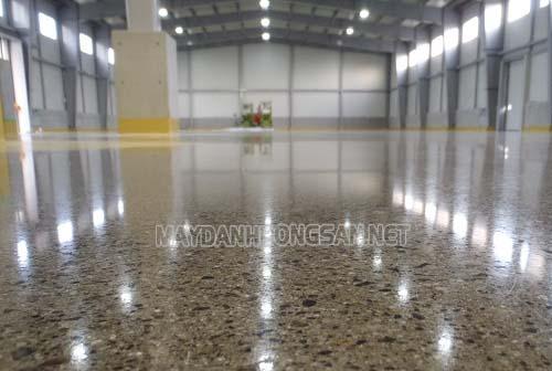 Sử dụng máy đánh bóng sàn có thể hạn chế bụi bẩn trên bề mặt sàn