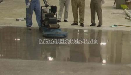 Máy đánh bóng sàn giúp bề mặt sàn trở nên nhẵn, bóng