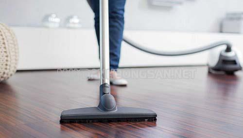 Vệ sinh sàn gỗ thường xuyên bằng máy hút bụi