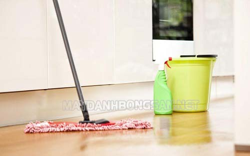 Đối với những vết bẩn cứng đầu dùng nước lau sàn và chổi lau sàn
