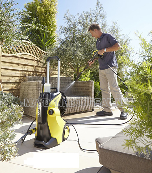 Dọn vệ sinh khu vực sân vườn nhanh chóng nhờ máy rửa xe gia đình