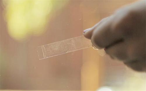 Cách tẩy băng dính 2 mặt trên kính