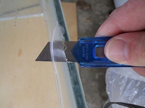 Cách tẩy keo silicon trên kính